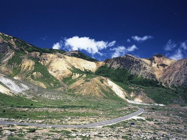 """高湯温泉と土湯峠を結ぶ全長約29kmで最高標高1,622mのスカイライン。吾妻連峰を縫うように走る経路は、まさに""""空を走る道"""""""