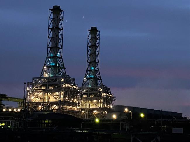 闇に浮かび上がる美しい工場夜景