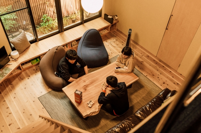 ORI stay&living:ひろびろとしたリビングルームが特徴の、一棟貸切の宿。
