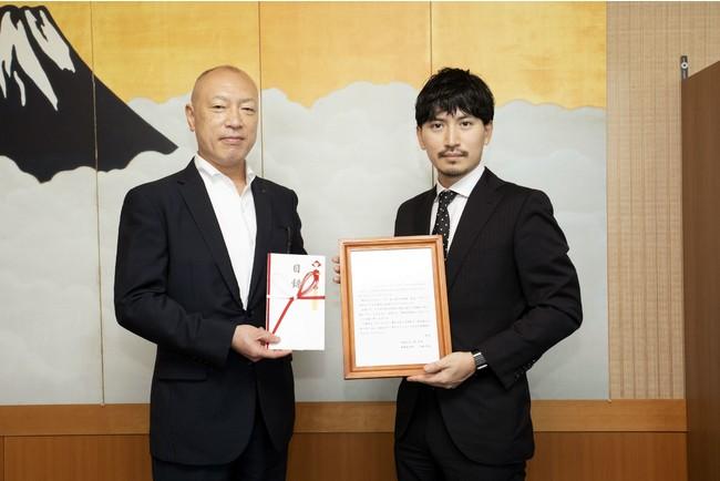 右:ナイル株式会社 代表取締役 高橋飛翔、左:静岡県東京支部 所長 大石勝彦氏(写真のタイミングのみ、会話は行わずにマスクを外しています)