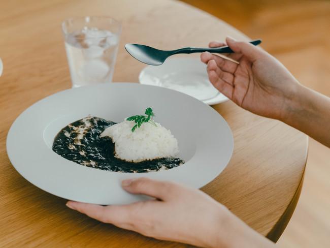 カレーを最後まで美味しく食べられる「深皿スクープ」と「カレースプーン」