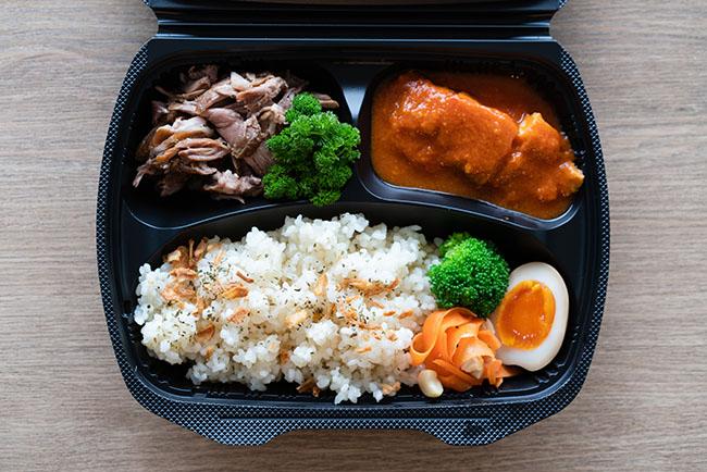 「おた飯」のあいがけ例(じっくり煮込んだスペアリブ+鶏肉のローマ風煮込み、1500円)