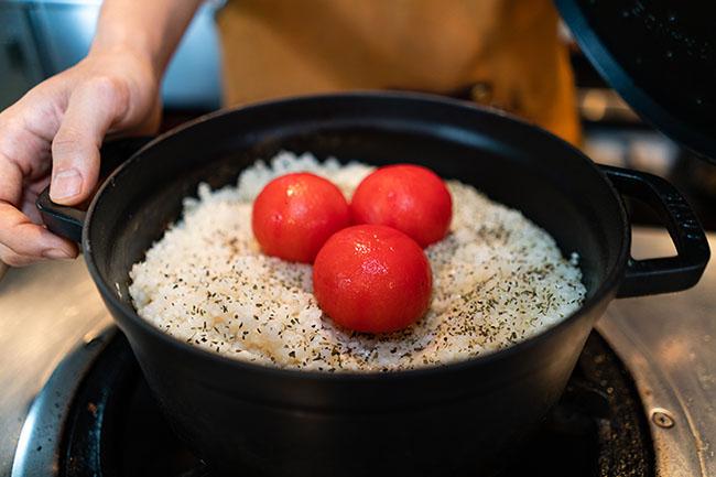 KYOBASHIライス(1.01)はトマトコンソメをベースにした炊き込みご飯