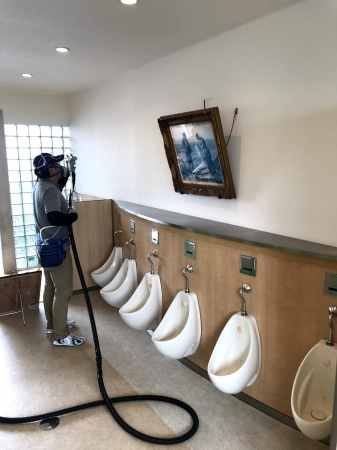 園児用トイレ内、壁面に施工することで防臭効果も。