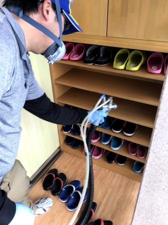 靴底からの菌・ウイルスの移動対策。靴箱への施工