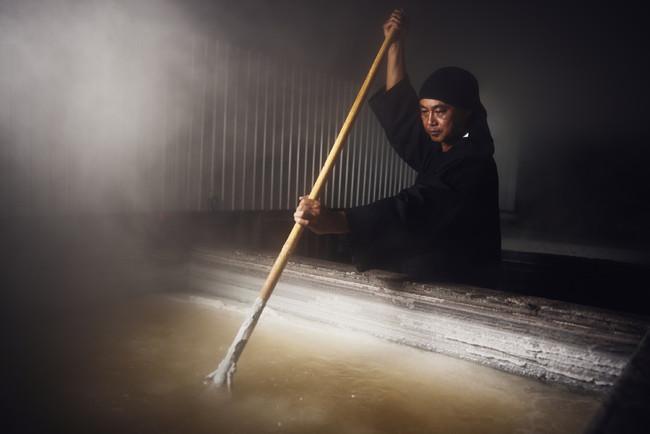 塩の匠、井上雄然さんの塩づくり