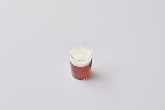 ティーゼリー アイランド・ビューリーズ社のゴールドブレンド茶葉を使用した口当たりの良い紅茶ゼリーに、まろやかな生クリームをトッピング。やさしい甘味と茶葉の華やかな風味が広がります。