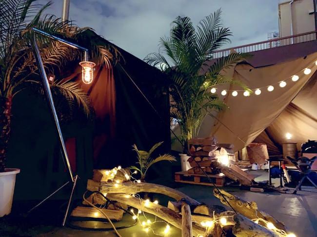 ビルの屋上にテントサウナ、水風呂、外気浴スペースを配置。東京にいながら広い空の下でサウナ体験ができる。