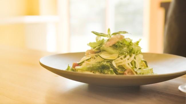 生ハムとバジルのサラダパスタ:冷やしたパスタと生ハム、バジル、お好みの野菜を「生ドレッシング玉葱と塩麹」、レモン汁、オリーブ油、黒胡椒で和えます
