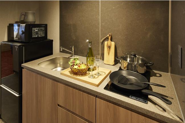 キッチン完備。調理器具や食器類、人気のバルミューダトースターもございます