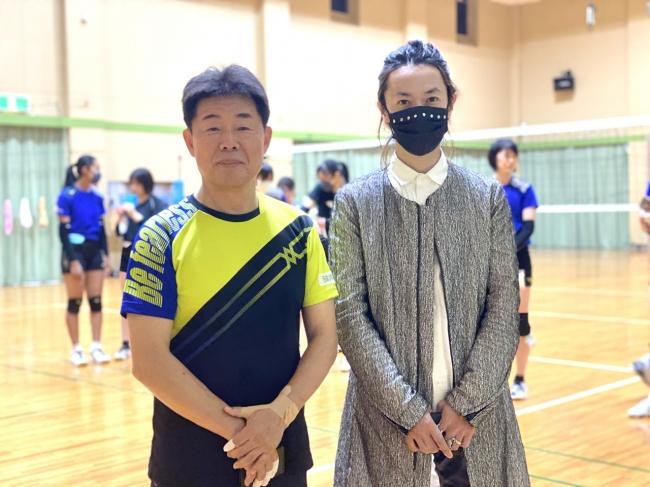 左から 岡山シーガルズ 河本昭義 監督 青木被服株式会社 専務取締役 青木俊樹