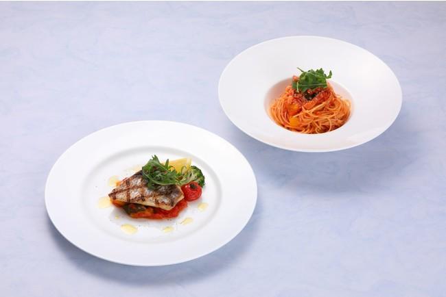 TRATTORIA IZU PARADISO 2021夏のメイン料理の一例 自家製パンチェッタと夏野菜のトマトパスタ(右奥)、沼津港産鮮魚のグリルブラッドオレンジのオリーブオイルで(左手前)