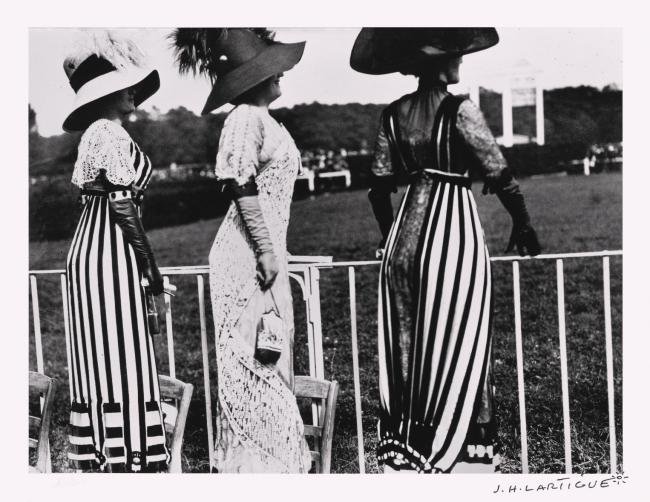 《ドラッグ競馬会の日、オートゥイユ競馬場》  ジャック=アンリ・ラルティーグ 1911年