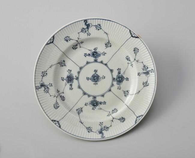 「皿(ブルーフルーテッド)」1785年頃、ロイヤル コペンハーゲン