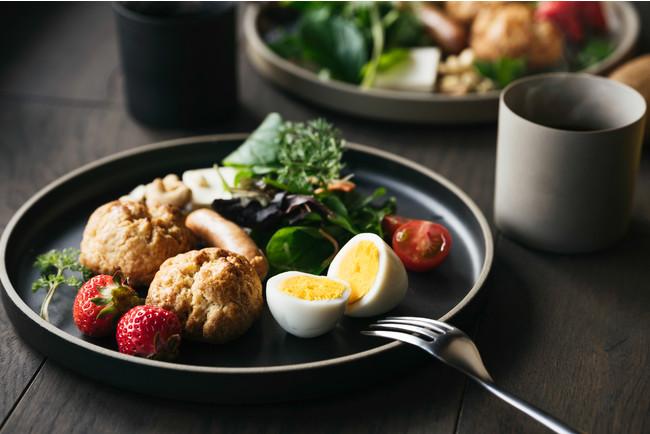 宮崎県産小麦を使った地元で評判のスコーンを中心に、日南ウインナーや、九州の卵・フルーツを、部屋食として冷蔵庫にご用意いたします。お好きな時間にご自身で調理してお召し上がり下さい。
