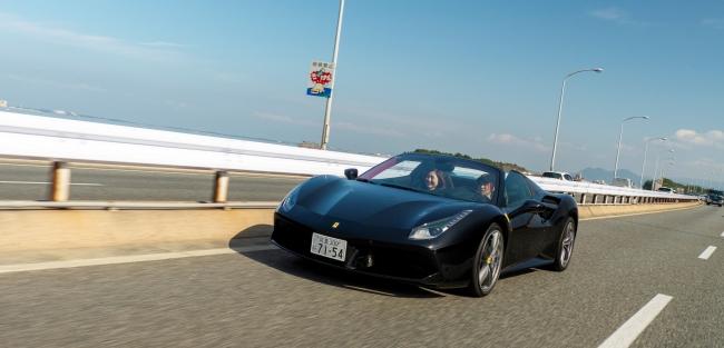 海沿いをオープンで駆けるフェラーリ。新車価格4500万円。