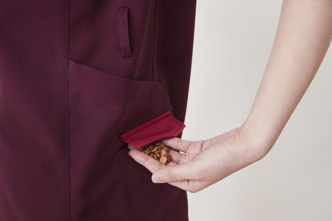 脇には便利な2段ポケット。蓋つきでおやつポケットとしても使える。