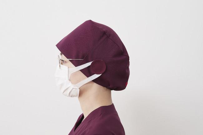 両サイドに、眼鏡スリットとマスクかけ付きの手術帽。AL-0011 ¥2,600(税抜)
