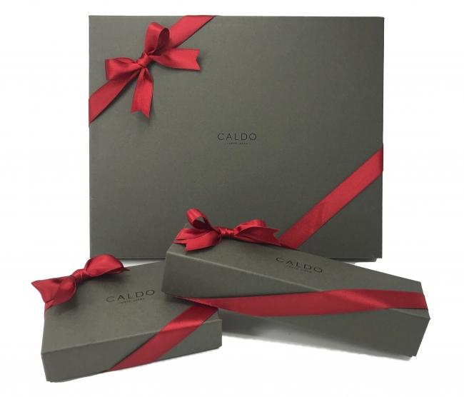 落ち着いたブラウンカラーのギフト用ボックスに、母の日をイメージした赤色のリボンを飾り付けてお届け致します。
