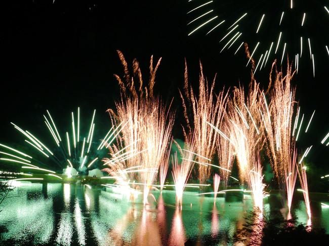 湖面に映える水中花火