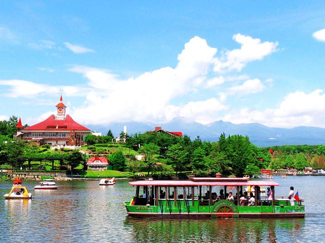 < 湖の畔にスイス風の洋館、背景には那須連山 >