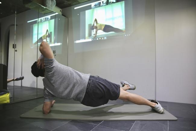 ヨガマット1枚のスペースがあれば、効果的なトレーニングが可能です。