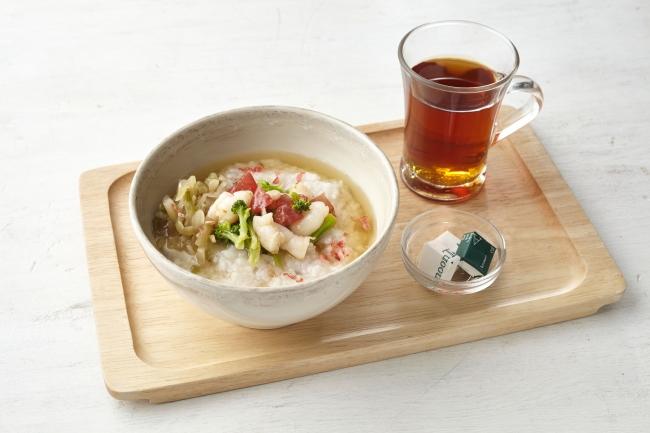 茶粥 えび塩トマト、ジャスミンティー※モーニング649円(税別)