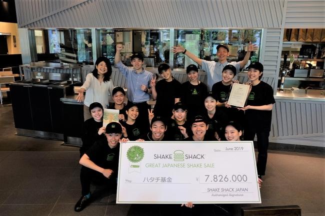 Shake Shack 梅田阪神店のメンバーとハタチ基金代表理事の白井智子氏