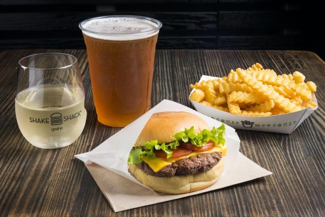 Shake ShackはNY発のハンバーガーレストラン。クオリティの高いフードやドリンクが楽しめる。