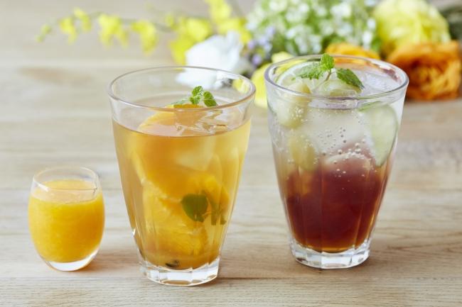 フレッシュオレンジとパッションフルーツのアイスティー、シャルドネダージリンのティーソーダ(シャルドネ香料使用)