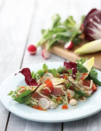 炙りマグロと小柱、とびこのサラダごはん ゴルゴンゾーラドレッシング