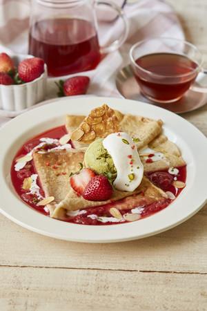 ライ麦のクレープ 苺とピスタチオの真っ赤なシュゼット