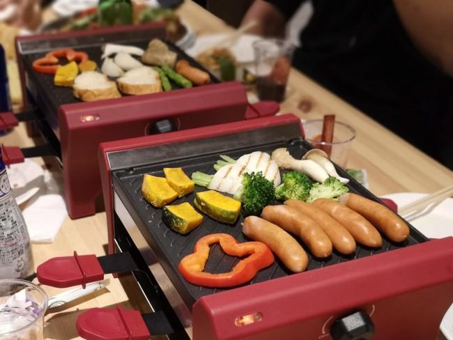 食材をプレートで焼き、2段目で溶かしたラクレットチーズをかけてお召し上がりいただけます。