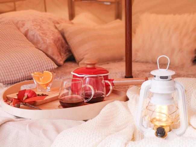 あたたかいテントでホットワインをどうぞ。