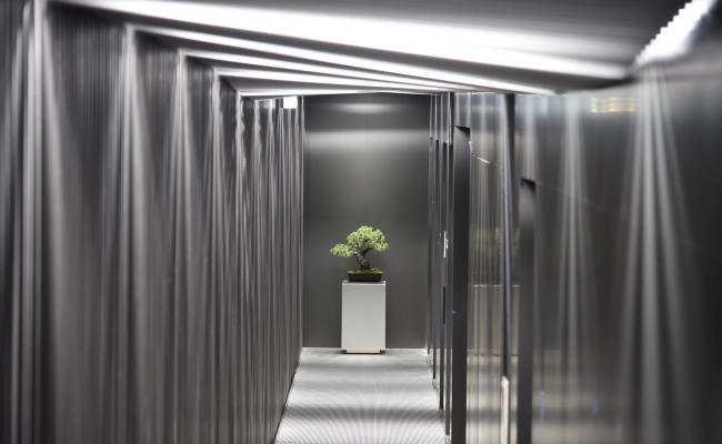 長い廊下は照明の演出もあります。