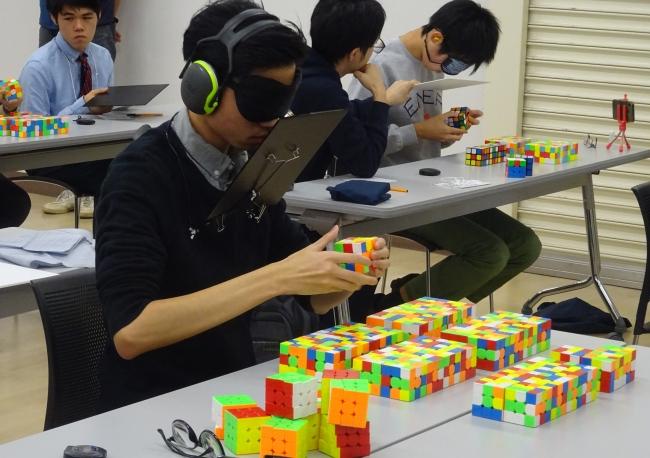 複数目隠し競技 60分の制限時間内で ルービックキューブを目隠しをして揃え、その個数で競います。