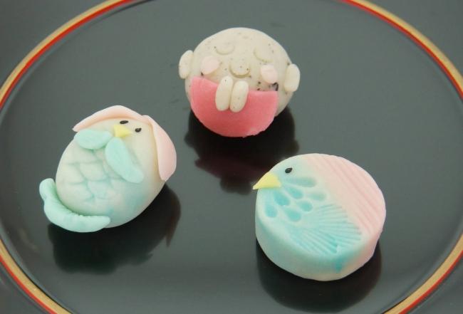 疫病退散上生菓子(通信販売限定) 左からアマビエ姫、お地蔵様、アマビエ様