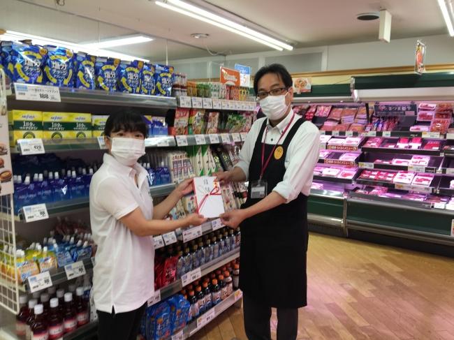 協会職員(左)とダイエー横浜藤ヶ丘店店長(右)