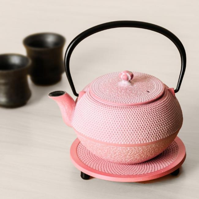 南部鉄のアラレ模様と華やかなピンク色が織りなす、独特の愛らしさ