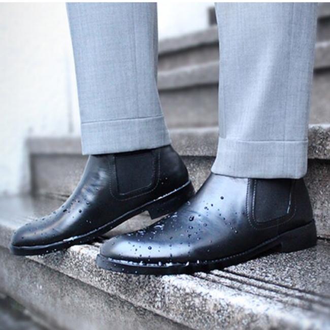 """まるで""""本物の革靴""""のような防水レインシューズ (レディースもあります)"""