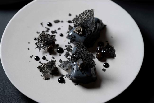 サーモンマリネと竹炭入りヨーグルトのショーフロワ キャビア ブラックチュイル ブラックタピオカ