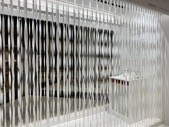 アパレル系資材である「ゴム入織物」を使用した空間展示