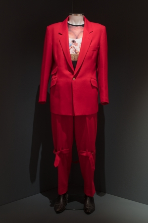 Vivienne Westwood《RED SUIT》1992, Fabric Touch and Identity(c)Compton Verney, photography Jamie Woodley