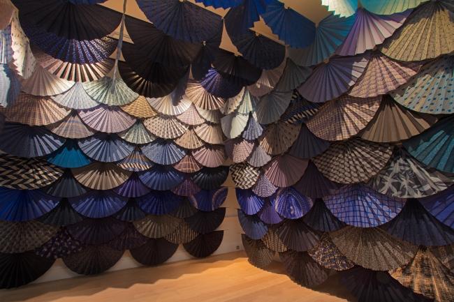 須藤玲子《扇の舞》2020, Fabric Touch and Identity(c)Compton Verney, photography Jamie Woodley