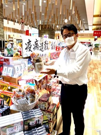 袋いっぱいに詰め込んだ具材を手にする森伸明社長