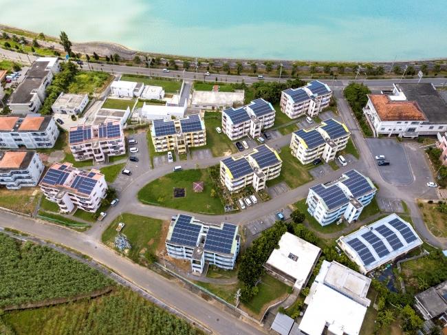 宮古島のソーラーとエコキュートを設置した市営住宅は、再エネの取り組みが高く評価された(写真提供=パナソニック)