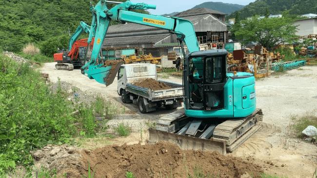 ダンプトラックへの土砂積み込み動作も可能。
