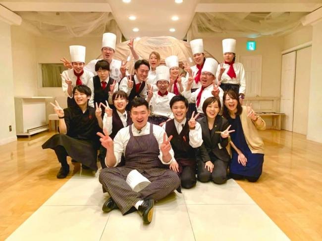 赤いスカーフをつけているのがハンディキャップを持っているキャストさんと プロの料理人とサービスマン