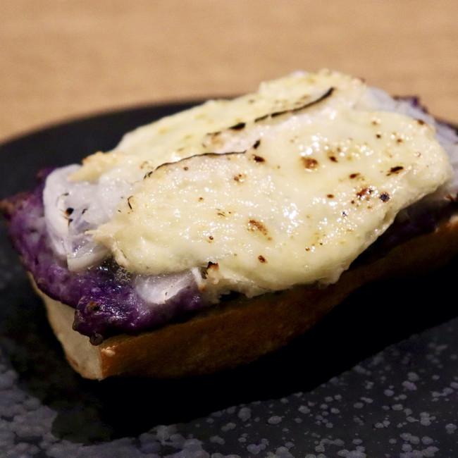 紫じゃがいもと新玉ねぎ、カマンベールのバゲットトースト