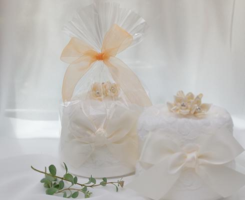 リモート結婚式のお祝いに豪華な2段ウェディングケーキで大切な1日を盛り上げるサプライズを演出。<数量限定でミニタオルケーキをプレゼント>